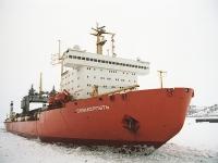 Pionýrská nákladní loď Sevmorput, která jako první veze náklad přes Severní mořskou cestu, v doprovodu ledoborců Tajmyr a 50 let Vítězství (na dalších snímcích)