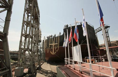 Spuštění prvního na světě plovoucího energobloku na vodu - Sankr-Petěrburg, 30. června 2010 (Foto: RIA Novosti)