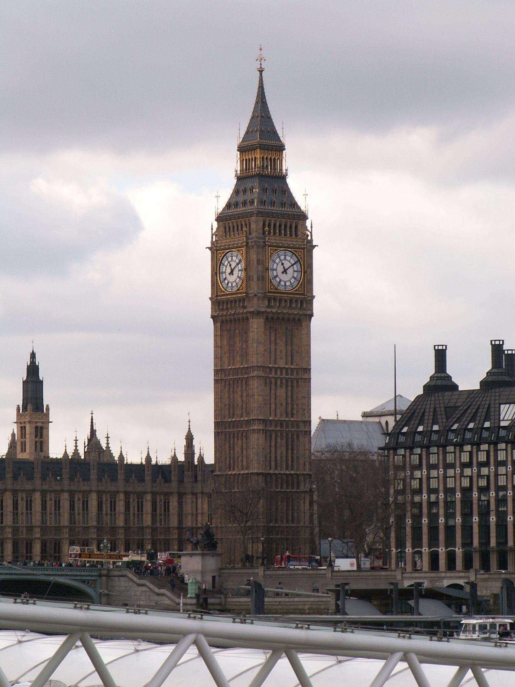 Udělování licencí pro reaktory EPR a AP-1000 ve Velké Británii naráží na problémy