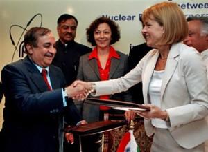 Indická NPCIL a francouzská Areva podepisují dohodu o spolupráci. Historický okamžik. Na snímku ředitelka Arevy Anna Lauvergeon a ředitel NPCIL S. Jain