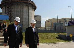 Kanadský ministr Stockwell Day (vpravo) na jaderné elektrárně Cernavodă, vlevo ředitel elekterárny Ionel Bucur. Fotografie ze státní návštěvy S. Daye v Rumunsku, květen 2009.