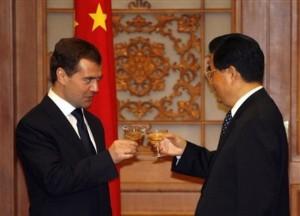 """""""Na jádro!"""" Ruský prezident Dmitrij Medvěděv a čínský předseda KS Číny Hu Jintao."""