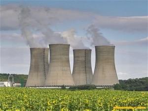 Boční pohled na jadernou elektrárnu Mochovce. Nyní už má i dodavatele kabelů.