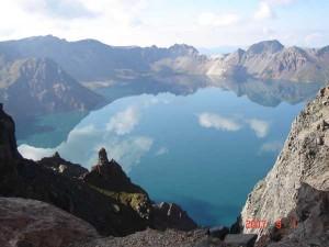 Jezero Tianchi na vrcholu hory Paektusan. O tuto nádheru už Čína a Severní Korea zápasí přes sto let. Velký symbolický význam má i pro Koreu jižní.