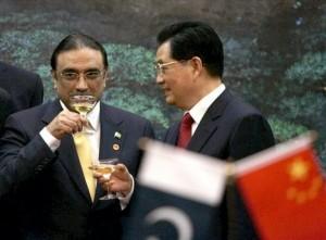 Úřadující prezident Pákistánu Alí Zardárí a předseda ČLR Hu Jintao si připíjejí na reaktor v Čašmě.