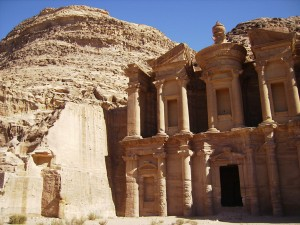 Ruiny starověkého města Petra, jedna z hlavních turistických atrakcí Jordánska. Tato země s tisíciletou historií jako jedna z prvních v arabském světě začal rozvíjet svůj jaderný program.