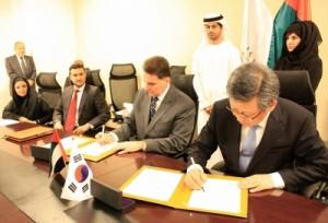 Představitelé KINS podepisují dohodu o spolupráci s jadernou agenturou Spojených arabských emirátů, kde nedávno jihokorejská KEPCO vyhrála tendr na stavbu JE. Po obchodních úspěších se Korejci pustili do práce na organizačně-politickém poli.
