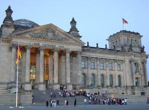 U budovy Říšského sněmu, symbolu německé státnosti, budou koncem října znovu demonstrovat odpůrci vládního návrhu na delší provoz jaderných elektráren.