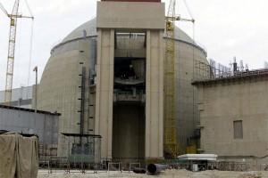 Jaderná elektrárna v Búšehru. Zatímco v srpnu bylo palivo na elektrárnu pouze dopraveno, v nejbližších dnech má začít jeho vkládání do aktivní zóny.