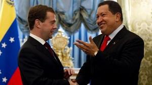 Ruský prezident Dmitrij Medvěděv a jeho venezuelský protějšek Hugo Chávez. Oba mají věru důvod k oslavám - Venezuela získá svou první jadernou elektrárnu, Rusko aktiva německých ropných koncernů.