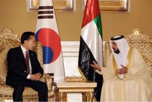 Korejský prezident Lee Mung-bak a jeho protějšek ze SAE Chalíf ibn Saíd al-Nahaján, po vítězství jihokorejské KEPCO v tendru na první elektrárnu v Emirátech. SAE se do jádra pustily rázně, i tato bohatá země však sama celý projekt nezaplatí.