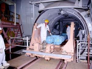 Pracovníci Atomstrojexport ukládají palivové články ve skladu čerstvého paliva. Nyní jej začali vkládat do aktivní zóny. Pak už bude vše připraveno k fyzickému spuštění.