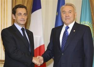 Nicolas Sarkozy a Nursultan Nazarbajev po loňských jednáních, týkajících se ropného průmyslu. Francie se stala další z jaderných mocností, kdo s touto středoasijskou zemí navázal rozsáhlou spolupráci.