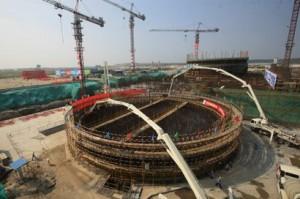 Stavba druhého bloku JE Changjiang. Čína dnes hraje prim v počtu rozestavěných reaktorů, a to jak vlastních, tak i zahraničních.