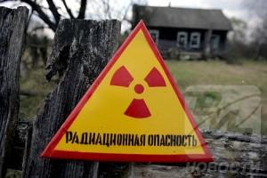 Varování před nebezpečím radiace. Kolem Černobylu jsou všude. Mnozí starousedlíci jej však nedbají a vracejí se do svých domovů. Nyní to možná dokonce dostane oficiální právní rámec.