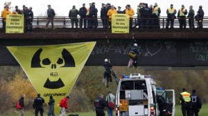První vlaštovka - zelení aktivisté na mostě u železniční stanice Kehl.