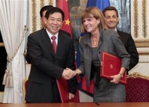 Anne Lauvergeonová a Che Yu, předseda CGNPC, jako hlavní aktéři nové dohody. V pozadí političtí činitelé - francouzský prezident Nicolas Sarkozy a předseda KS Číny Hu Jintao.