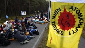 """""""Atomová energie? Ne, děkujeme"""". Pokus protijaderných aktivistů a demonstrujících o uzavření silnice, kudy měla jet auta s vyhořelým palivem."""