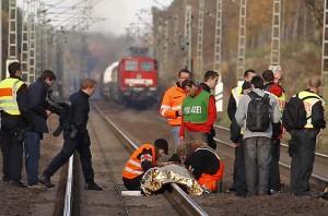 Strážci pořádku hlídají cestu vlaku s jaderným palivem. 16 tisíc takových hlídačů přijde německou státní pokladnu minimálně na 25 miliónů eur.