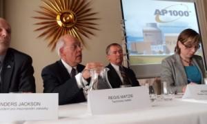 Regis Matzie (uprostřed), technický ředitel společnosti Westinghouse. Vlevo je zčásti vidět Anders Jackson, evropský šéf amerického energetického obra.