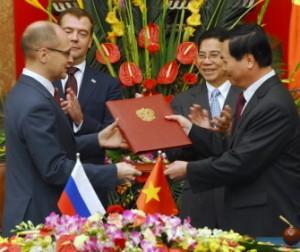 Nejvyšší představitelé Vietnamu a Ruska a nejvyšší představitelé jaderného průmyslu obou zemí u podpisu historické dohody.