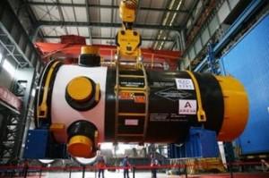 Čínský reaktor CPR-1000. Na pravém kraji je vidět logo Arevy, která je autorem původní verze. Číňané však systém značně modifikovali. Jeho mladším bratrem má být právě ACPR-1000. O dalším, nevlastním bratrovi, společném projektu Francouzů a Číňanů, zatím není nic známo.
