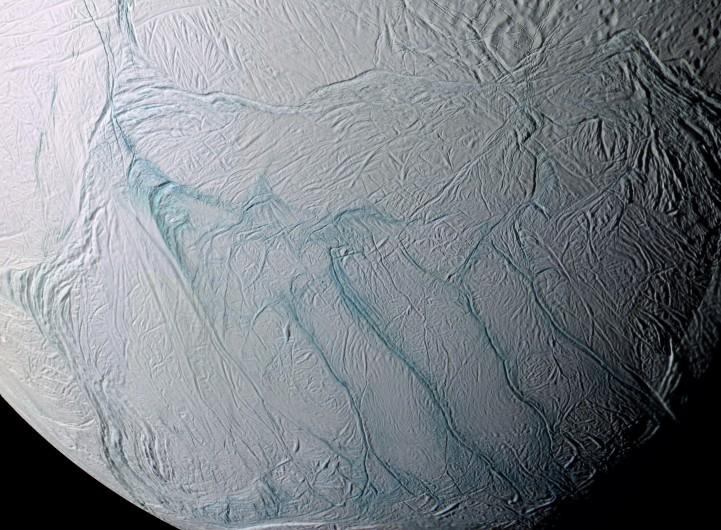 Jeden z měsíců Saturnu má pod vrstvou ledu zdroj tepla o kapacitě několika uhelných elektráren a možná i kapalnou vodu