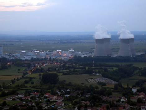 Francouzské jaderné úřady pozastavili zkoumání žádostí o prodloužení provozních dob PWR reaktorů na 60 let kvůli Fukušimě