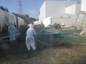 jaderná energie - Inženýři společnosti TEPCO rozptýlí speciální lepidlo na Fukušimou, aby zabránili úniku radioaktivního prachu - JE Fukušima (fukushima ochranna emulze) 1