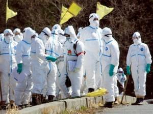 jaderná energie - Na Fukušimě konečně začalo pracovat japonské loďstvo – plovoucí úložiště pro radioaktivní vody přistál nedaleko elektrárny - JE Fukušima (fukushima personal ve skafandrech) 1