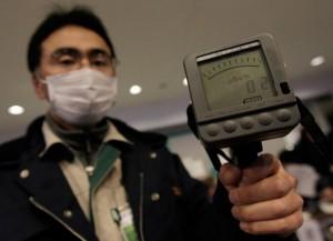 jaderná energie - 300 kilometrů od japonského pobřeží zjištěna mírná kontaminace oceánské vody  - JE Fukušima (japonec s geigerem) 1
