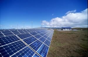 Stížnosti na příliš vysoký počet fotovoltaických elektráren dostaly vládním nařízením o odvodech a arbitráží nový rozměr.