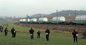 jaderná energie - Nové srážky policie s odpůrci jádra v severním Německu - Ve světě (strazci vlak gorleben) 1