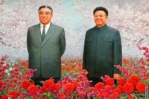 Kim Irsen (zleva) a jeho syn Kim Čongil (technická poznámka - Kim je podle korejské tradice příjmení). Za Kima-seniora byl v 80. letech zahájen severokorejský jaderný program a ještě za svého života ji v 90. letech stačil použít jako kartu při vyjednávání mezinárodní pomoci pro svou zem. Za Kima-mladšího Severní Korea v tradici pokračovala.