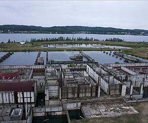 Nedokončená jaderná elektrárna Żarnowiec, kterou smetla vlna vítězícího kapitalismu. Stavba byla zahájena v roce 1982 a její obraz značně podryla černobylská katastrofa.