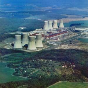 V jaderné elektrárně Mochovce zatím pracují pouze dva bloky, osm chladících věží ovšem napovídá tomu, že stavba dalších dvou bloků byla pozastavena v pokročilé fázi. Slovensko plánuje stavbu obnovit v nejbližších letech. Zdroj: BankTrack