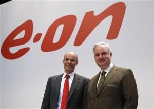 Generální ředitel německého E.ONu Johannes Teyssen (vpravo) a finanční ředitel Marcus Schenck před tiskovou konferencí 14. března. Zdroj: Reuters.com