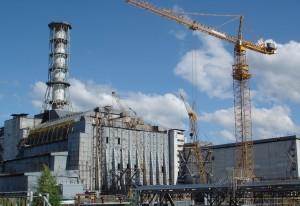 Stavba Úkrytu, nového sarkofágu nad Černobylem. Montáž má začít 26. dubna, 26 let po výbuchu.