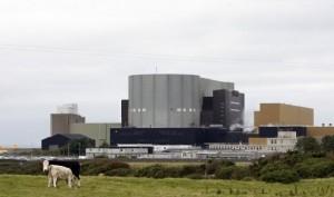 Jaderná elektrárna Wylfa na ostrově Anglesey, kterou v letech 2012 až 2014 čeká uzavření. Měl ji nahradit německý projekt Horizon, který nyní převzala Hitachi. Zdroj: France24.com