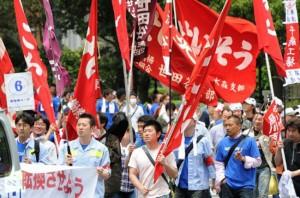 Záběr z tokijského prvomájového průvodu. Zdroj: rt.com