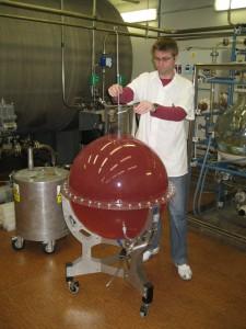 Inženýr Rataj připravuje praktickou úlohu pro studenty -  manganová lázeň slouží ke kalibraci radionuklidových zdrojů neutronů,  v tomto případě se pracuje se zářičem typu AmBe