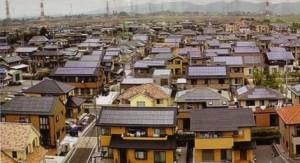 Solární panely na japonských domech. Zdroj: geek.com