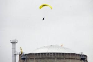 jaderná energie - Parašutista z Greenpeace přistál v jaderné elektrárně u Lyonu - Ve světě (paraglidista bugey) 1