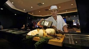 Hongkongský kuchař měří radioaktivitu zeleniny z Japonska. Zdroj: cbc.ca