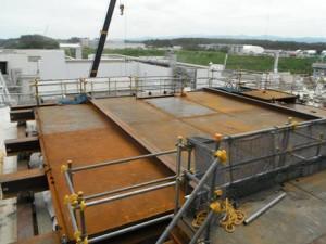Instalace nového sarkofágu nad skladovací bazén. Zdroj: World Nuclear News