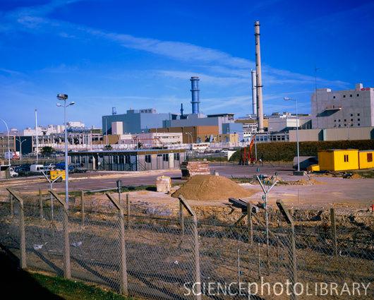 Továrna na zpracování vyhořelého paliva v La Hague. Zpracovává jaderný odpad z Francie, Švýcarska, Německa, Belgie a Japonska. Zdroj: SciencePhotoLibrary