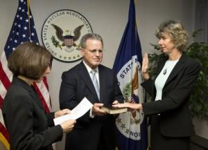Alliston Macfarlaneová (vpravo) skládá slib předsedy komise. Vlevo Miriam Cohenová, šéfová oddělení lidských zdrojů NRC, uprostřed Phillip Niedzielski-Eichner, vedoucí úřadu NRC. Zdroj: World Nuclear News