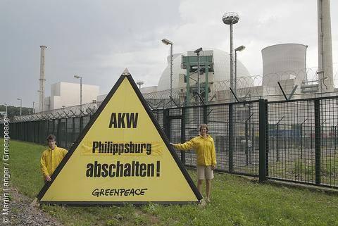 Aktivisté Greenpeace před JE Philippsburg, 2005. Zdroj: greenpeace.de