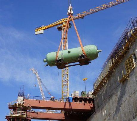 Instalace tlakové nádoby (zelený válec zhruba uprostřed obrázku, držen jeřábem) na Novovoroněži. Zdroj: World Nuclear News
