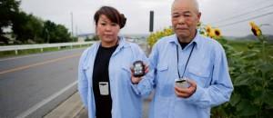 Japonský pár (podle zdroje Sašiko a Masao) v Minamisomě s Geigerovým počítačem, říjen 2011. Zdroj: lepoint.fr